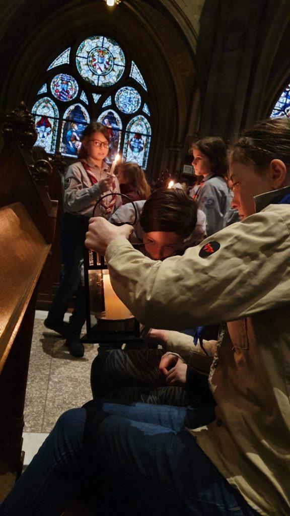Das Friedenslicht wird in der Kirche angezündet